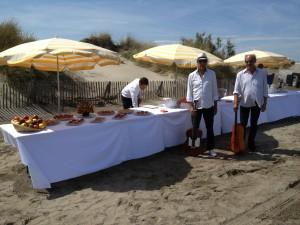 Buffet sur la plage sauvage et groupe de musiciens